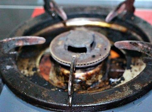 Làm sạch dầu trên bếp gas